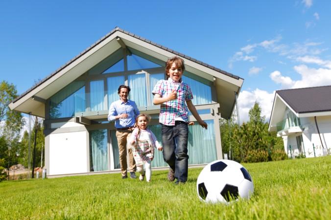 Den Traum vom Eigenheim träumen viele junge Familen. Damit dies klappt, ist eine sichere Baufinanzierung die erste Grundlage. (#1)