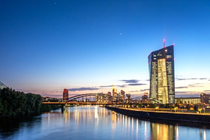 Die EZB passt den Leitzins an, wenn die Wirtschaft am Boden liegt. Die Senkung ermöglicht eine günstige Kreditvergabe und befähigt somit mehr Verbraucher dazu, Kapital aufzunehmen und es entsprechend auszugeben. Dies führt zu einem Aufschwung der Wirtschaft. (#1)