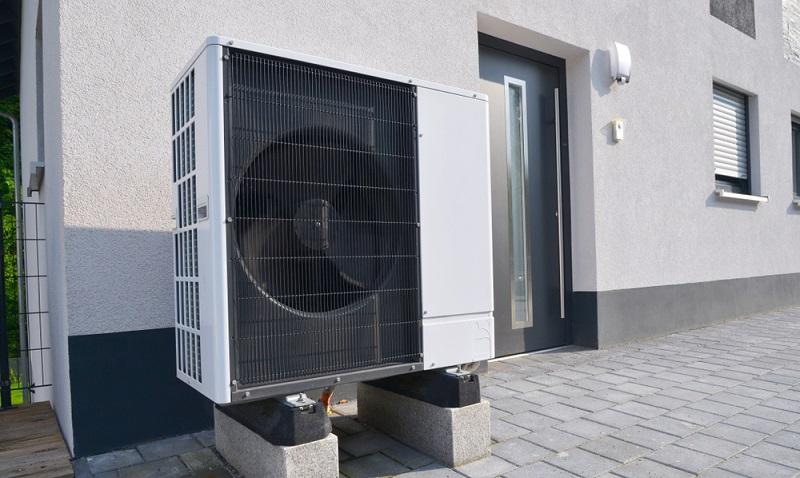 Um den in der EnEV 2009 vorgesehenen, möglichst geringen Energieaufwand zu leisten, ist eine entsprechende Heizlösung notwendig. Durch die Wärmepumpe kann hier viel Energie eingespart werden. ( Foto: Shutterstock-  klikkipetra)