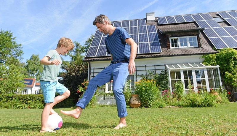 Auch Solarthermieanlagen greifen auf <strong>passive Energiequellen</strong> zurück. Sie kann auf dem Dach des aufzurüstenden Gebäudes angebracht werden. Über die Solarkollektoren wird hier die Energie der Sonneneinstrahlung genutzt. ( Foto: Shutterstock-  Altrendo Images)