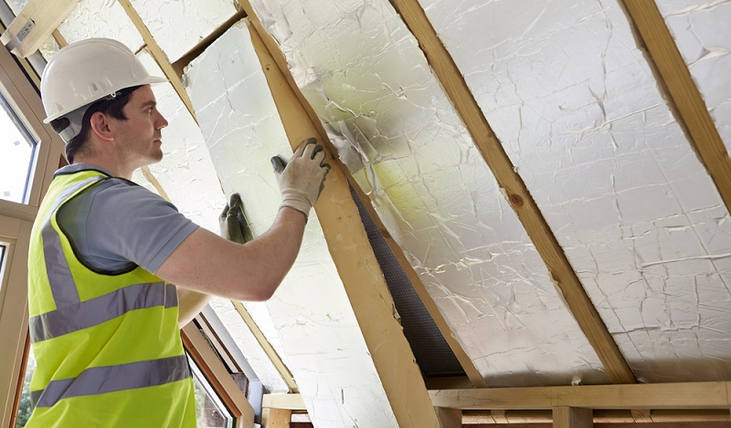Um einen KfW 55 Förderkredit oder eine Förderung im Rahmen eines anderen Förderprogramms zu erhalten, wird das Gebäude zunächst eingestuft. Hierzu sind energetische Maßnahmen zu treffen, die den Energieverbrauch der Immobilie verringern.    ( Foto: Shutterstock- SpeedKingz )