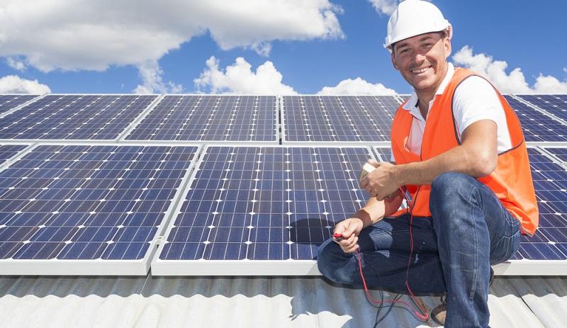 Kombinationen aus Heiztechniken und Systemen, die Strom auf dem eigenen Grundstück produzieren, werden immer beliebter. Mit einer Solarthermieanlage auf dem Dach kann dies realisiert werden.  ( Foto: Shutterstock- zstock )